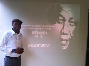 Un participant rend hommage à Nelson Mandela.